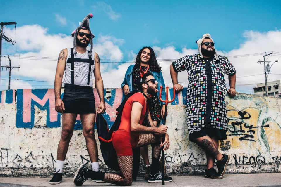 Membros da banda Dona Iracema mostram lado irreverente em foto de divulgação