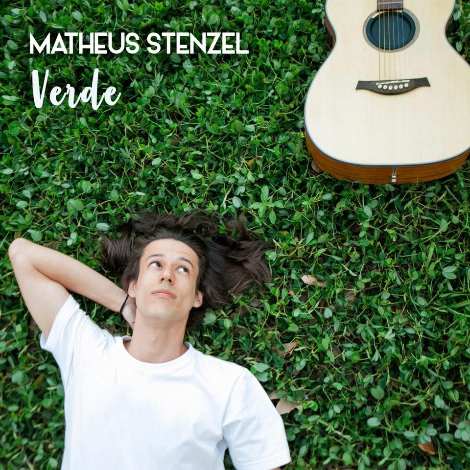 Matheus Stenzel deita na grama verde