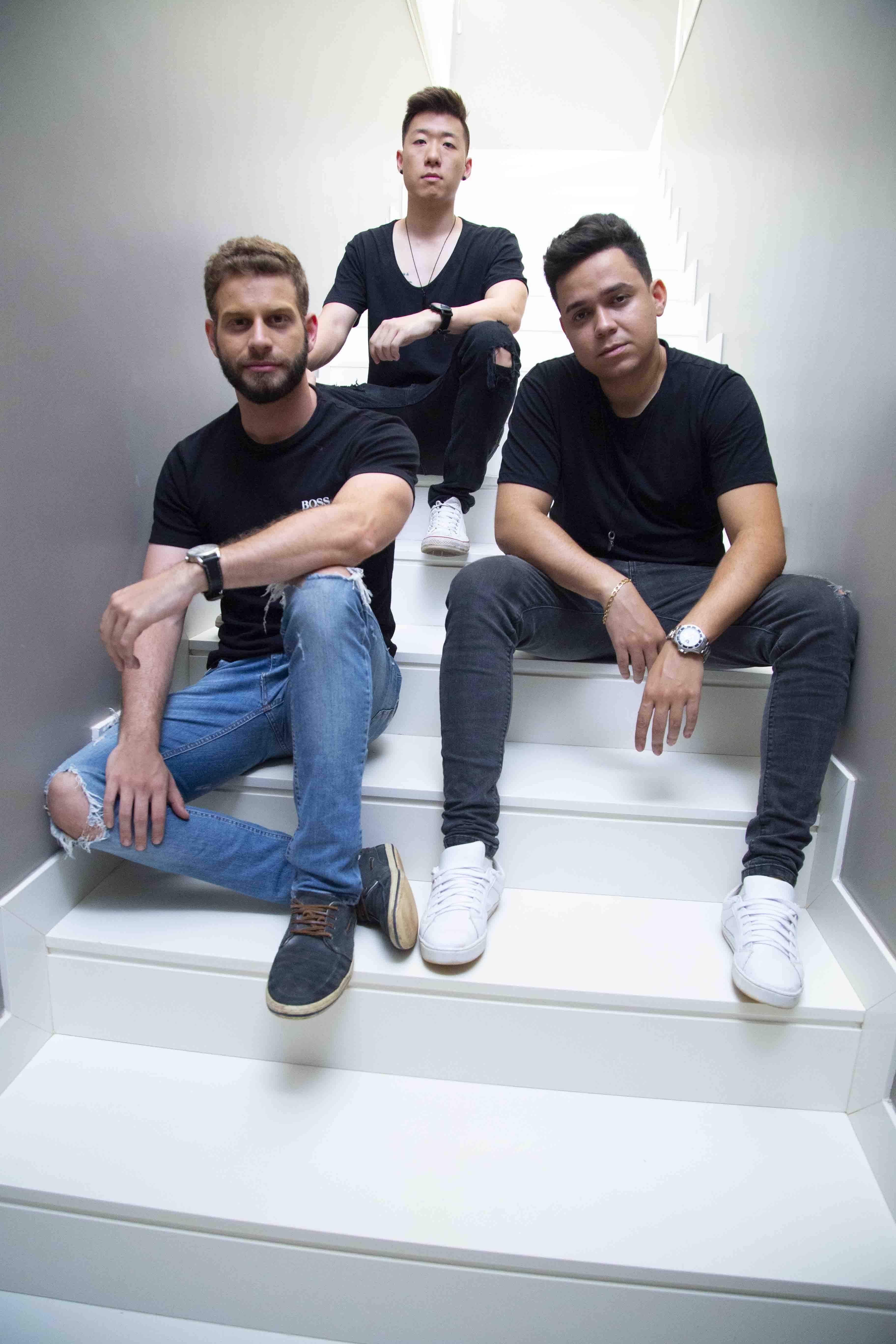 Membros da banda SZN , trio de música pop eletrônica
