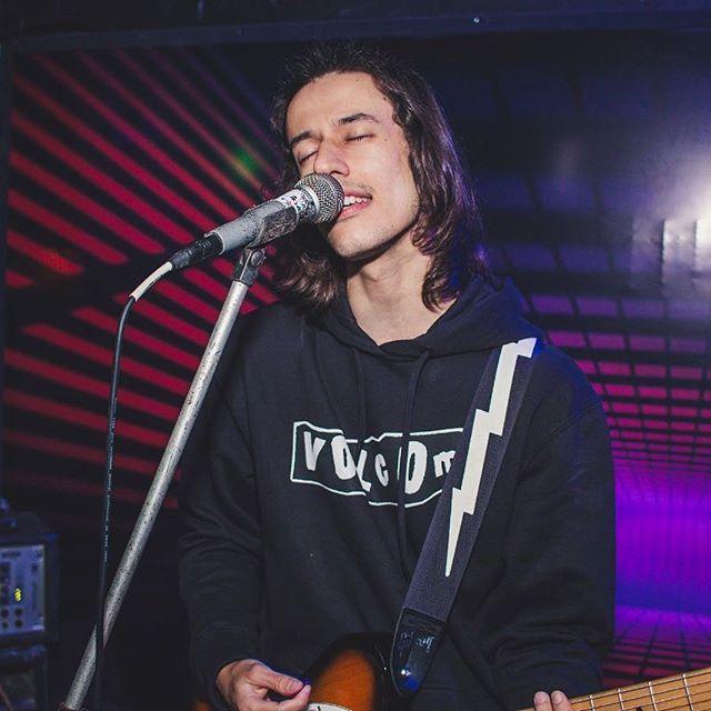 Matheus Stenzel toca guitarra, durante show ao vivo