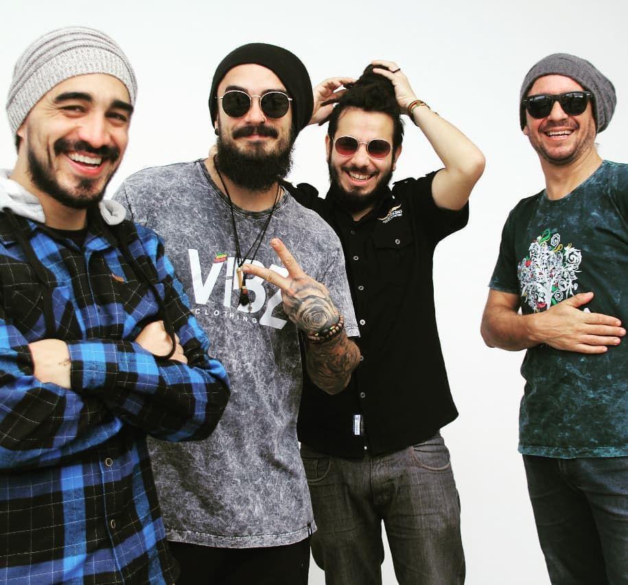 Membros da banda Refinaria, sem seus isntrumentos