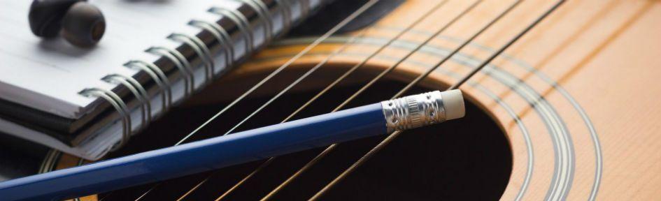 Caderno, lápis e violão: 3 ferramentas para realizar os processos de composição