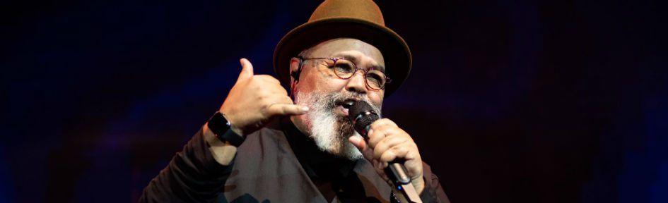 O sambista veterano Jorge Aragão, durante apresentação ao vivo