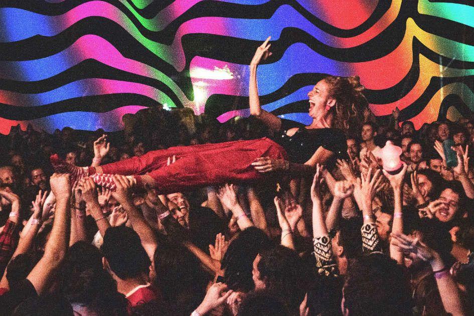 Letrux é carregada pelo público durante show no Morrostock, em 2018