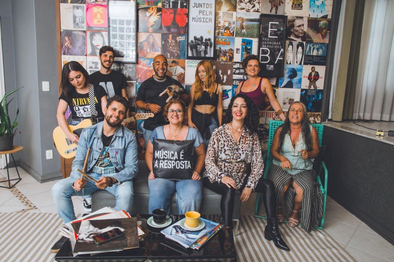 Equipe e parceiros da TUM Cult posam na sede da startup
