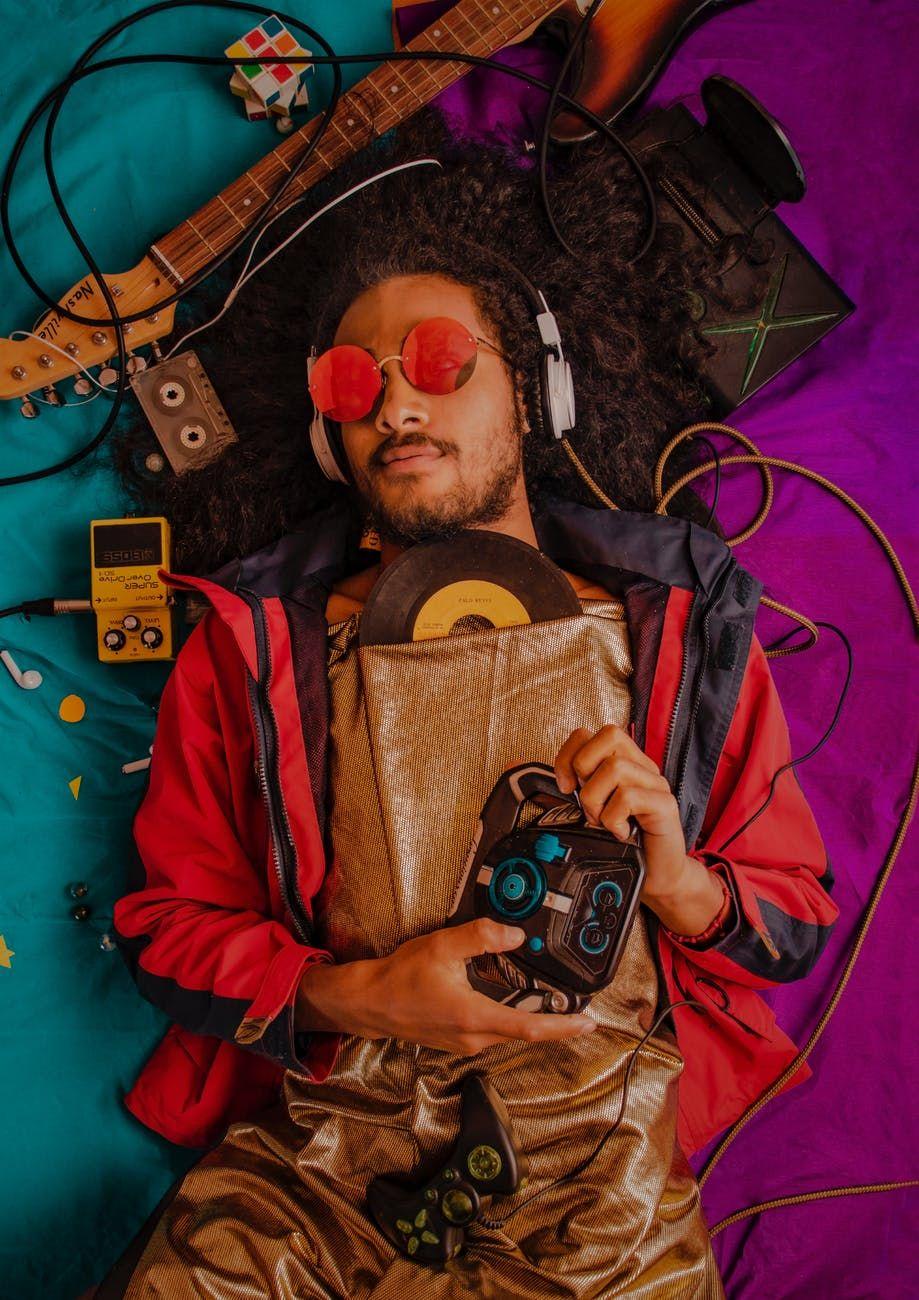 Músico se diverte com objeots relacionados à música