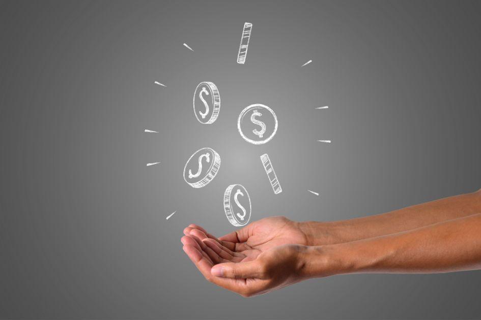 mãos fazem gesto para receberem dinheiro