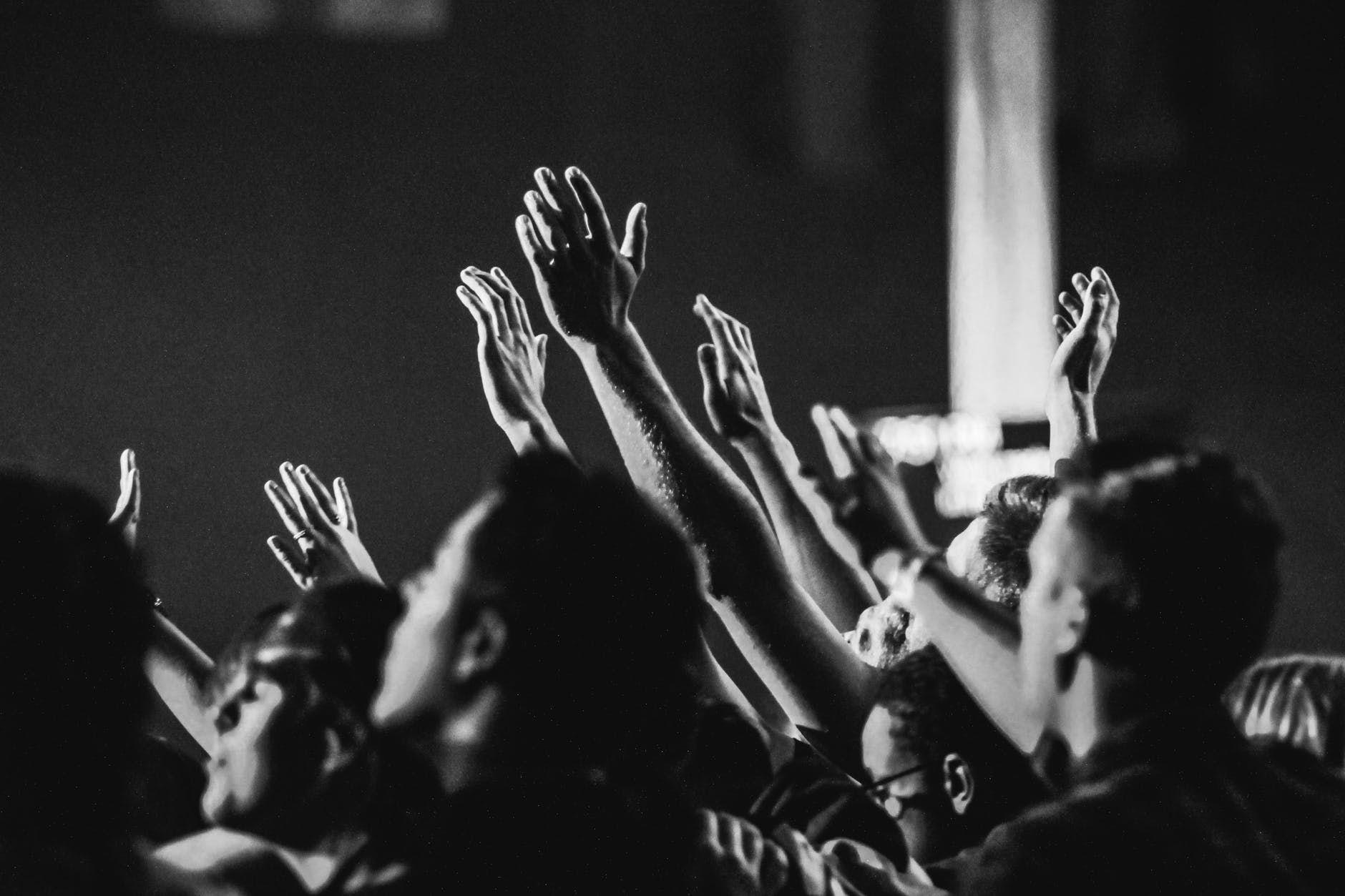 Plateia aplaude um aretista, durante um show