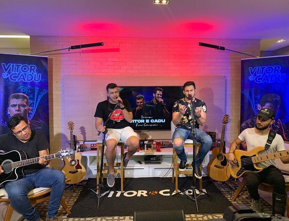 DUpla Vitor e Cadu fazendo um som no conforto da sala de casa