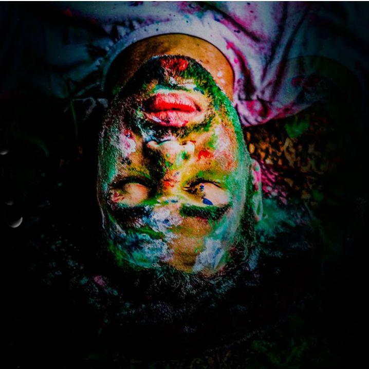 Músico Lucca Páris posa com rosto pintado e olhos fechados