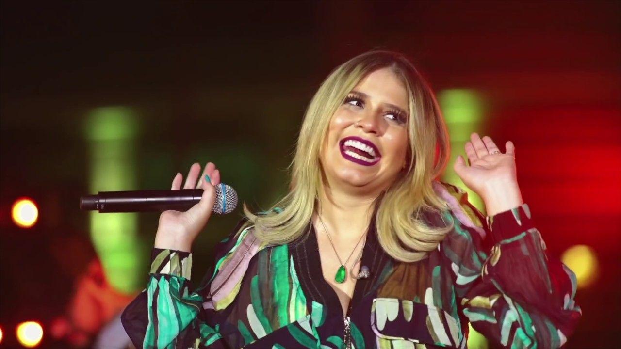 Maríla Mendonça, cantora, de braços abertos e sorridente