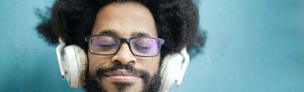 Jovem homem negro usa fones de ouvido