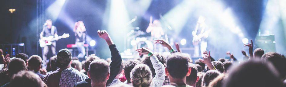 Plateia desfruta de um show de uma banda de rock
