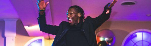 Homem negro dança numa balada em casa