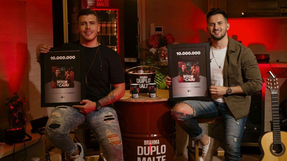 Dupla Vitor e Cadu segura a placa de 10 milhões plays nas plataformas digitais