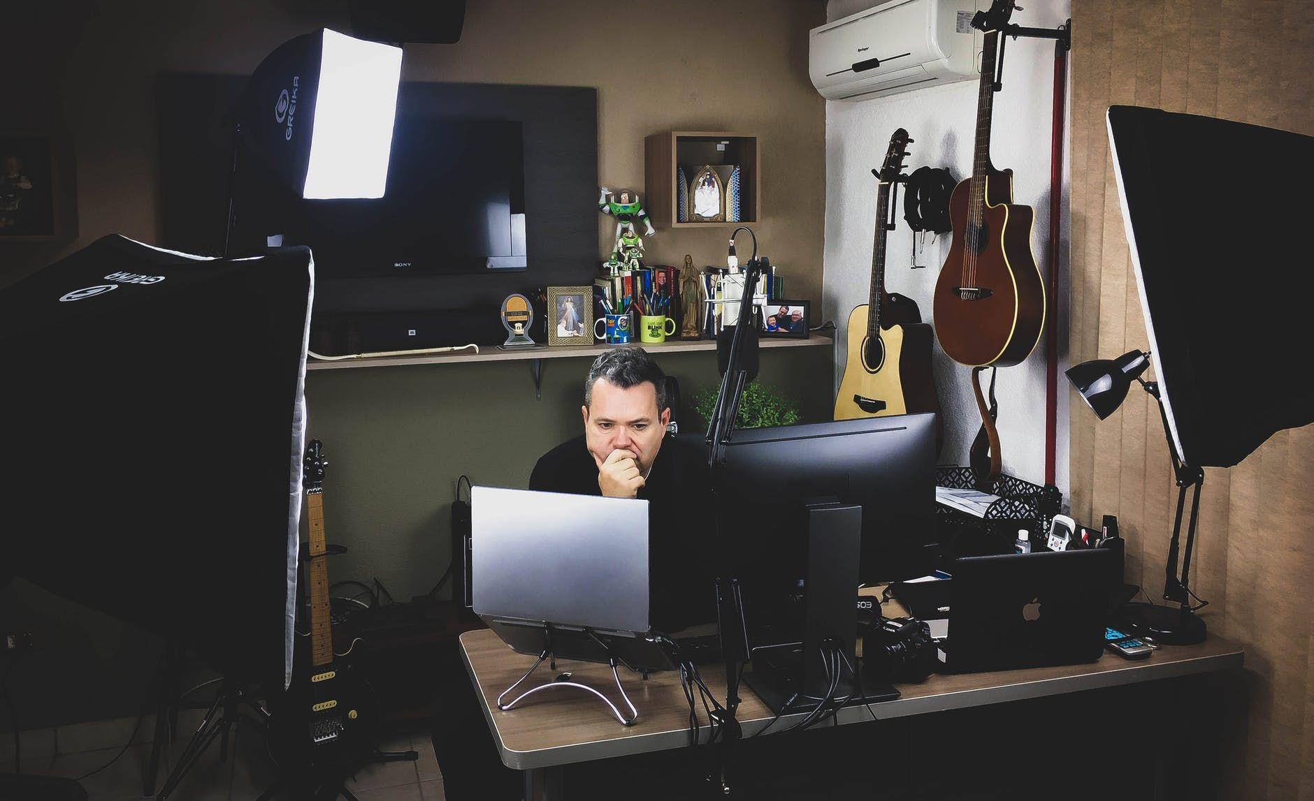 Músico sentado na mesa e trabalhando no computador