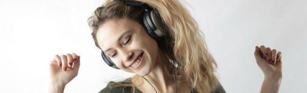 Mulher jovem ouve música no fone de ouvido