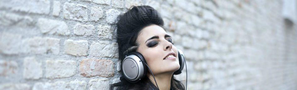 Mulher jovem com fone de ouvido