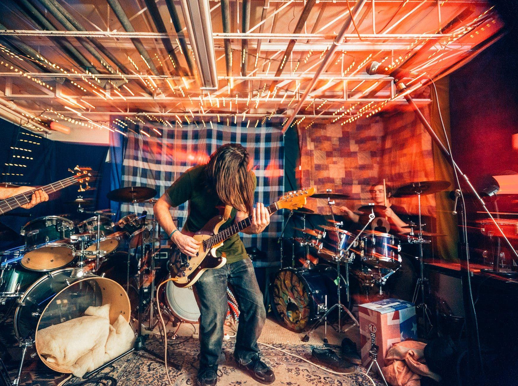 Banda de rock ensaiando em um home studio