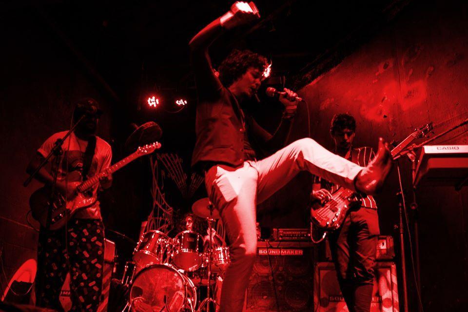 Membros do grupo de rock A Nova Banda da Cidade durante um show ao vivo