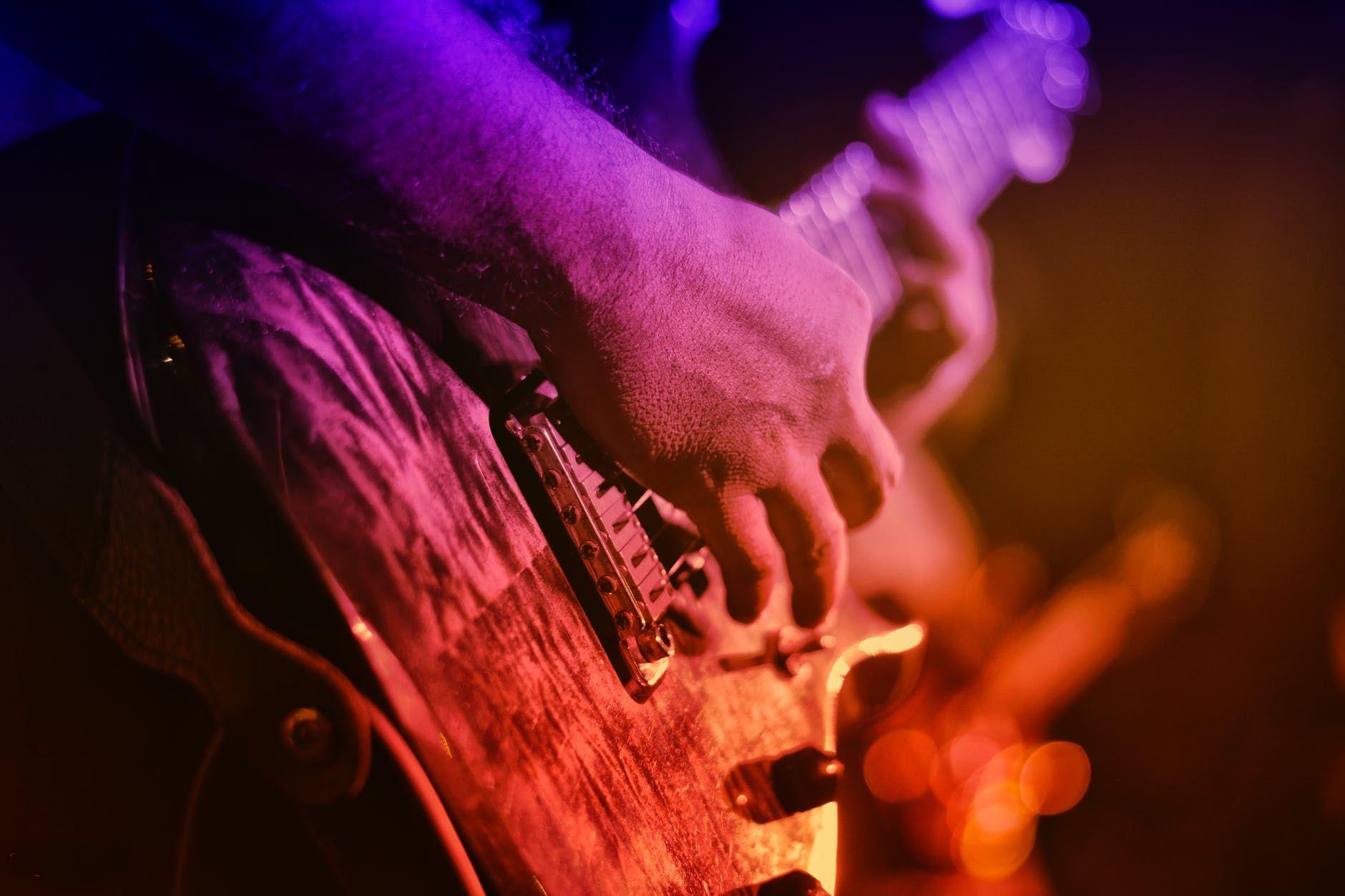Guitarrista usa modelo les paul e faz um solo
