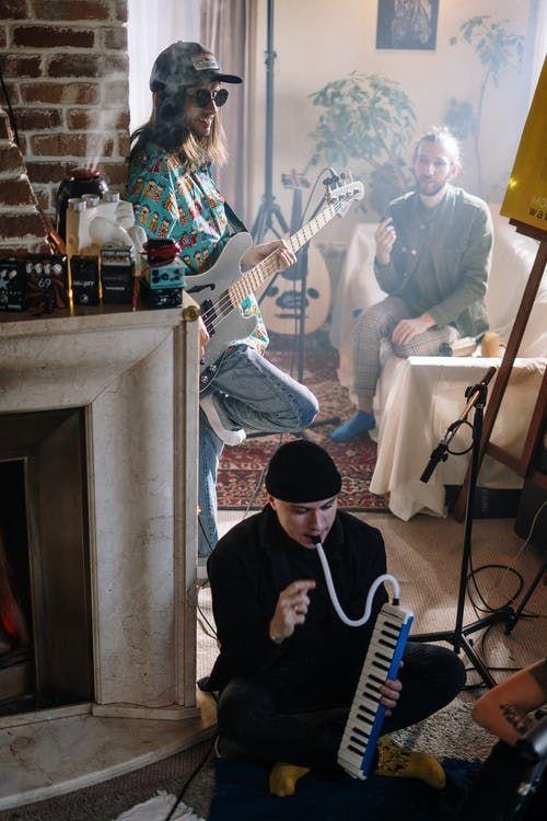 Banda grava música em home studio