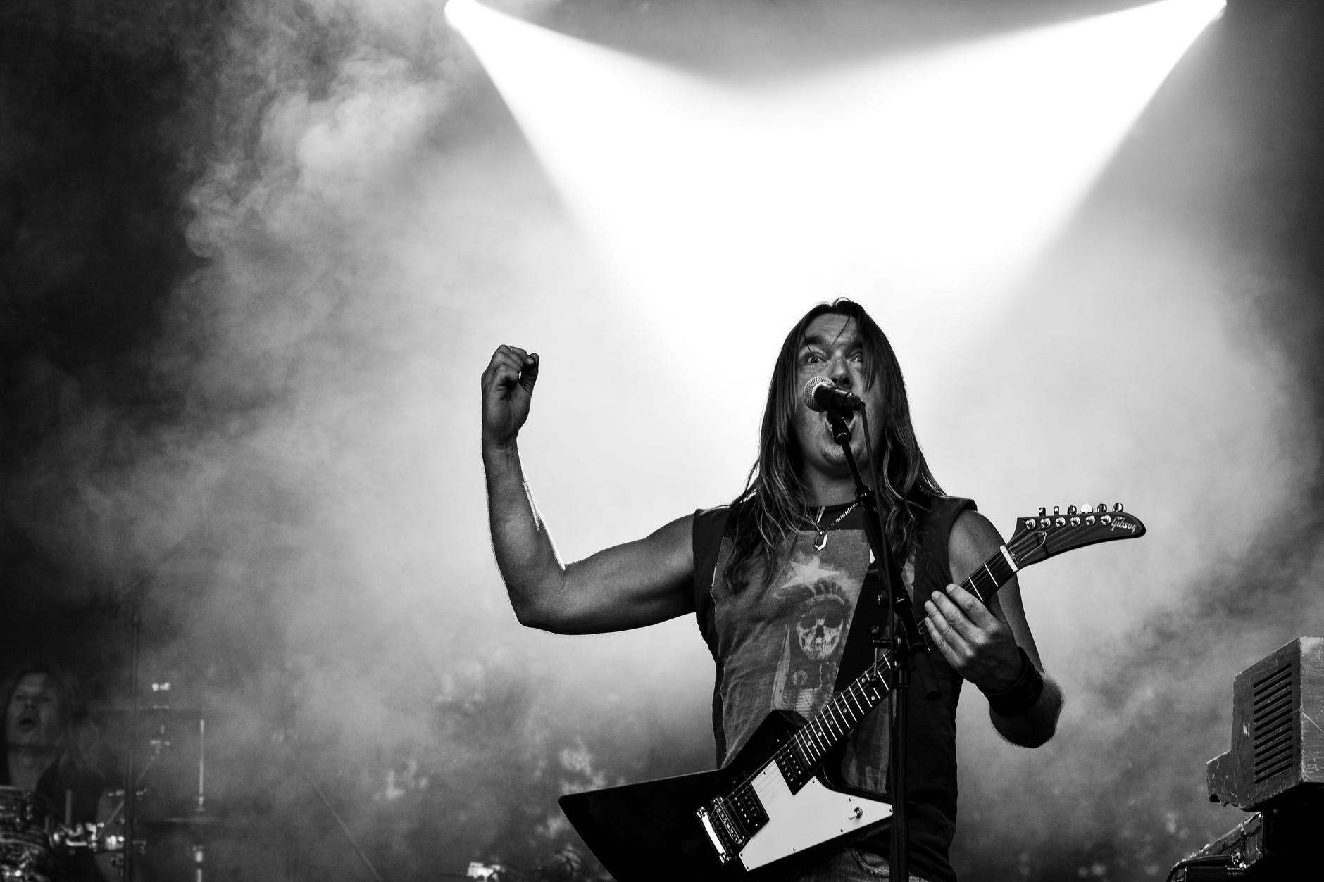 Vocalista de banda de rock interage com plateia, durante show