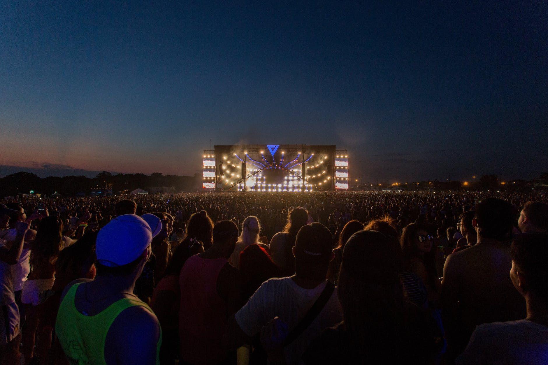 Público imenso participa de um festival de música ao vivo