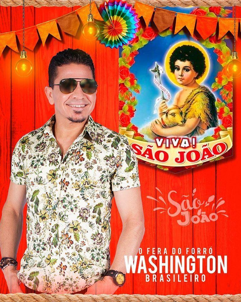 Cantor Washington Brasileiro ao fundo uma parede com o quadro de São João