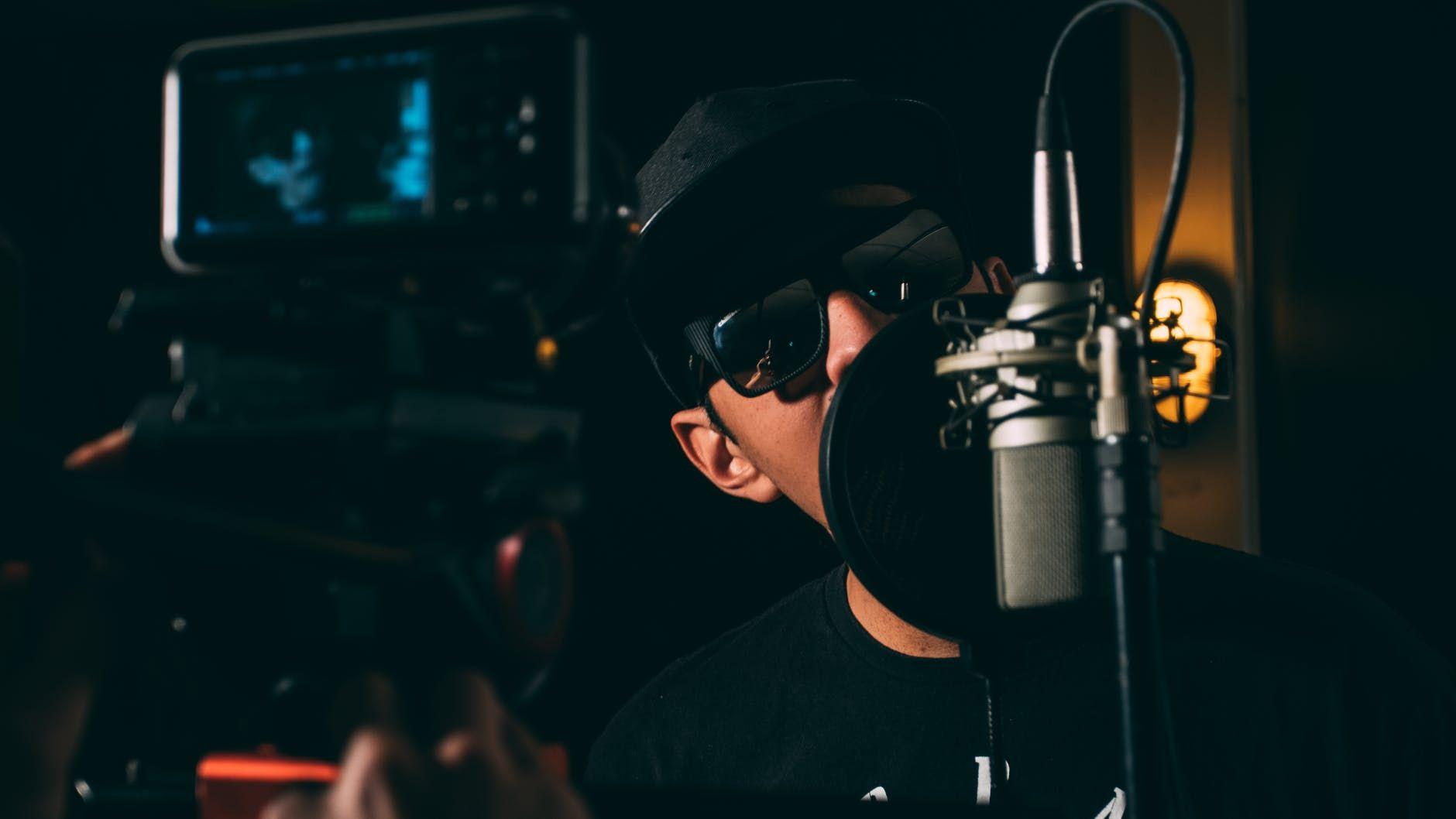 Cantor grava a voz e é filmado