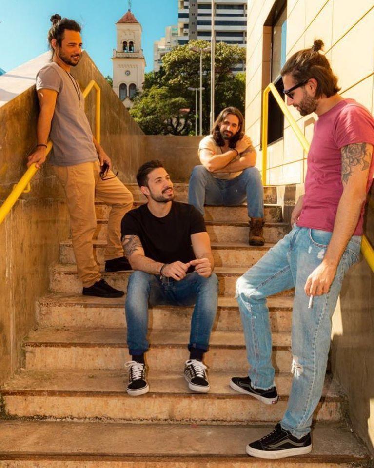 Integrantes da banda de indie rock Submerso posam em uma escadaria