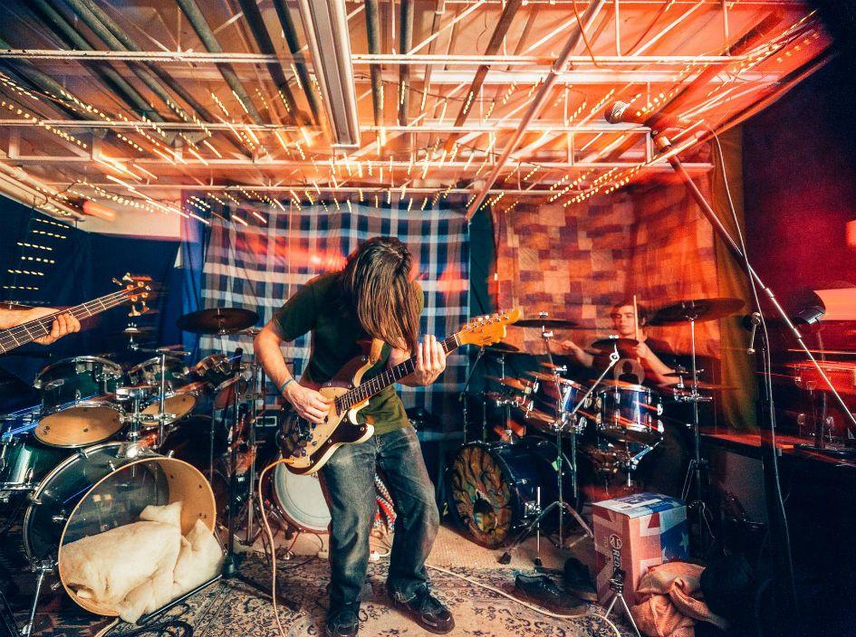 Banda toca ao vivo em home studi