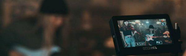 Visoar da camera mostra guitarrista tocando durante uma apresentação