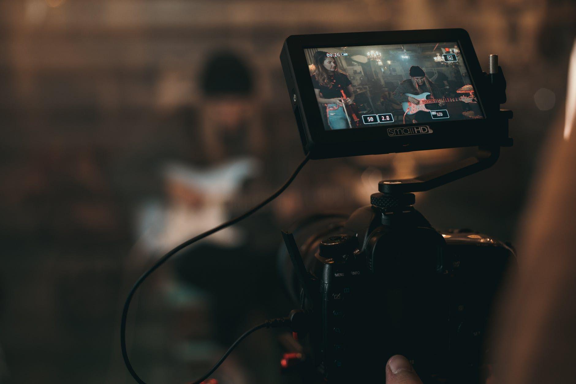 Camera grava performance de violinista e guitarrista