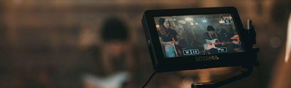 Guitarrista e violinista são filmados com equipamento profissional