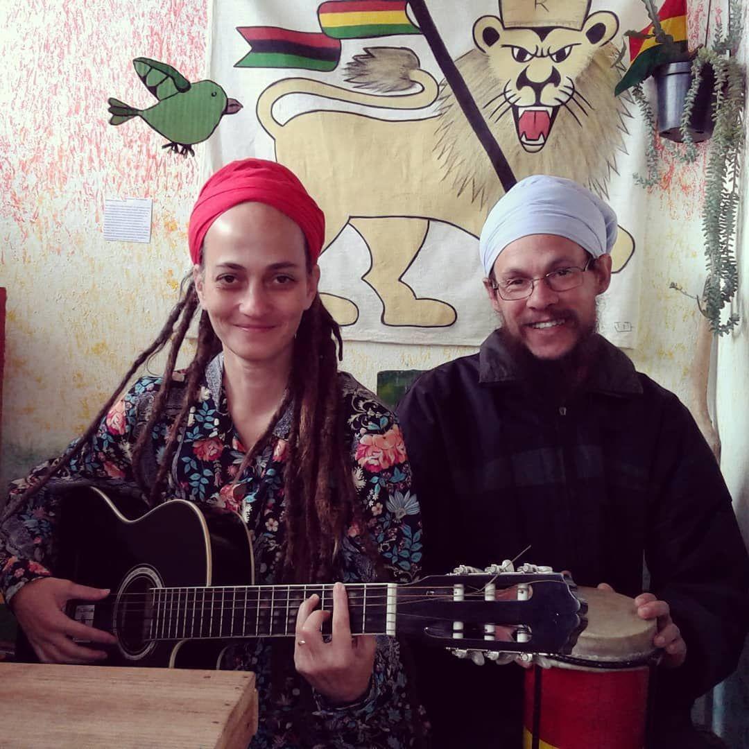 Andreia Dacal e seu parceiro de reggae fazendo um som