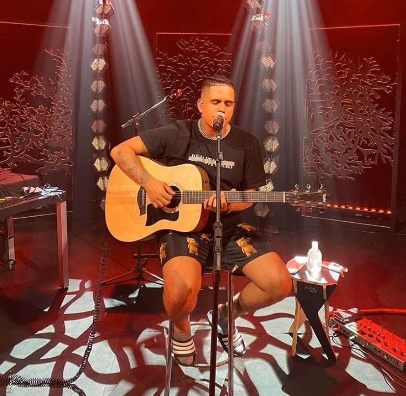 Gaab toca violão durante live