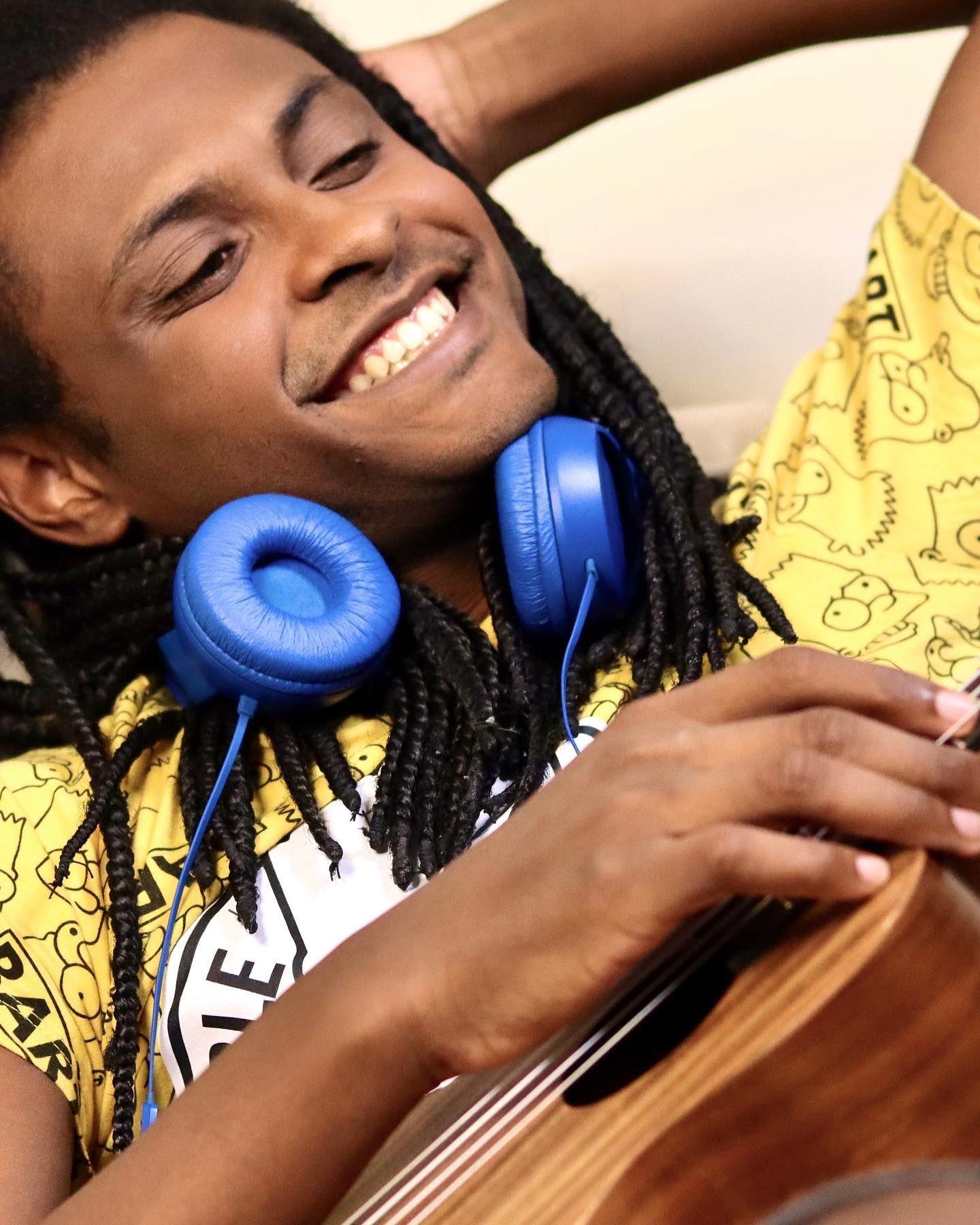 Músico Nathan Ribeiro faz reggae com ukulele