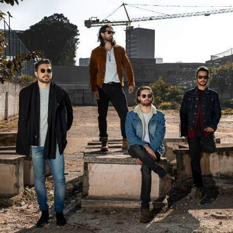 Foto mostra os membros da banda Submerso, três deles estão de pé e um sentado