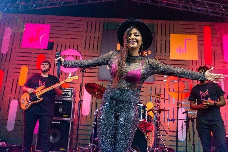Cantora Mariah Marini, durante performance em programa de TV da Rede Globo
