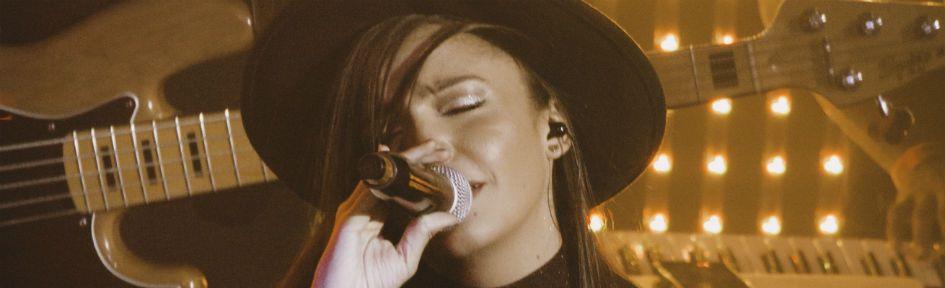 Mariah Marini é clicada com membros de sua banda em um programa da TV Globo