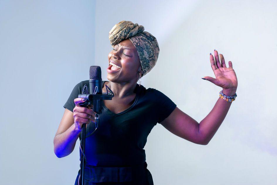 Mulher negra cantando