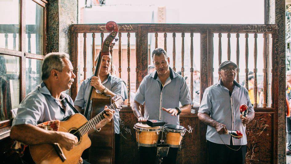 Quatro músicos tocam música tradicional mexicana