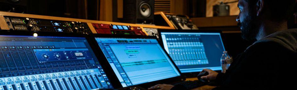 Compositor em studio, escrevendo trilhas
