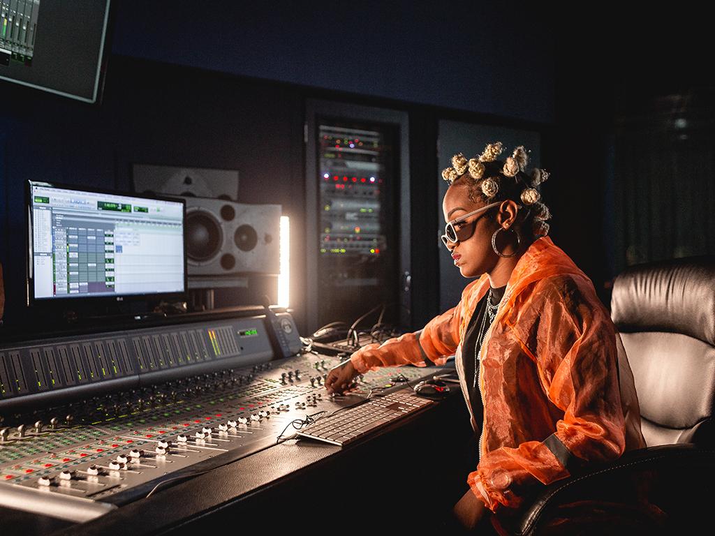Artista trabalha na mixagem de uma música