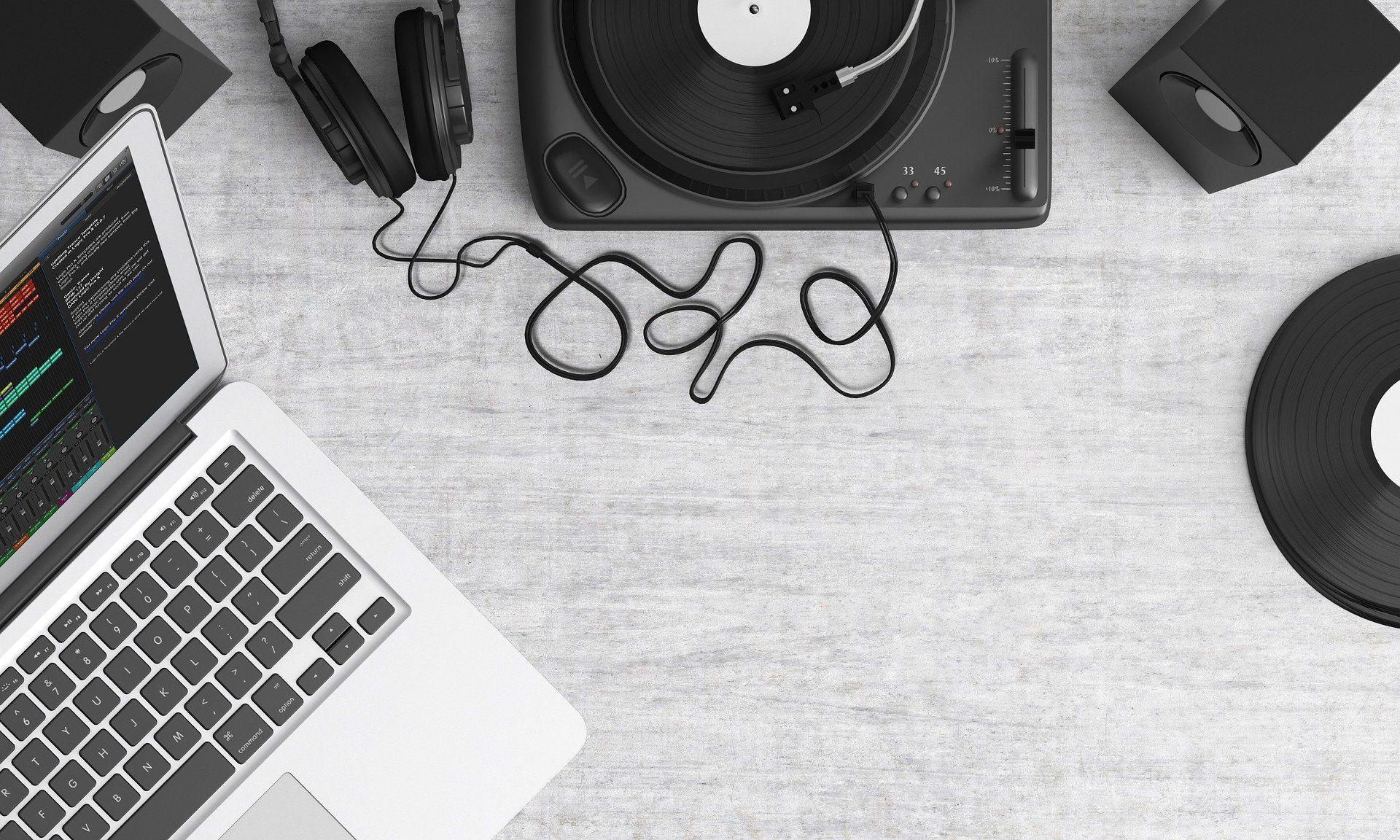 Podcasts para músicos e artistas independentes: imagem de laptop e vitrola