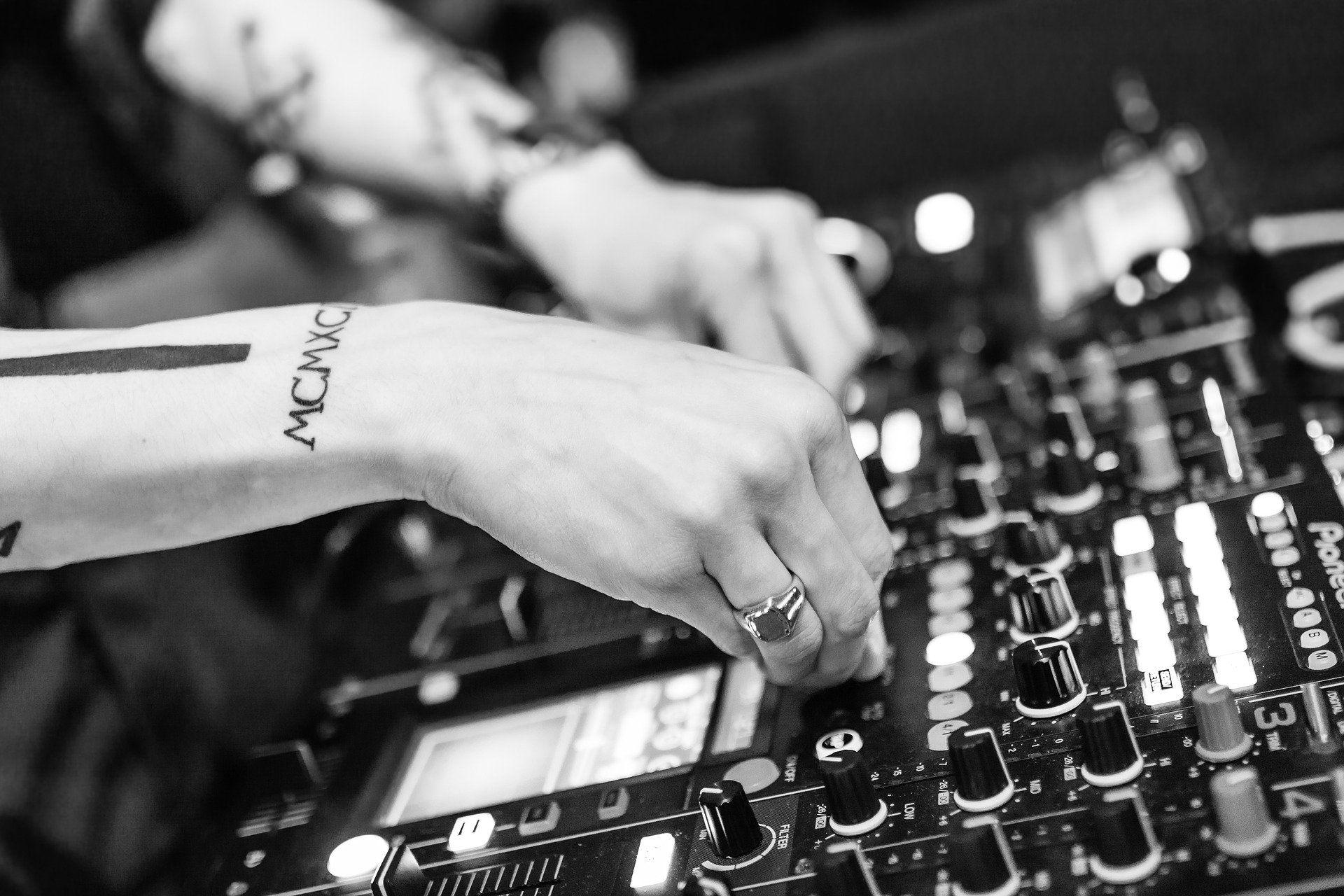 Podcasts para músicos e artistas independentes: foto de mesa de som