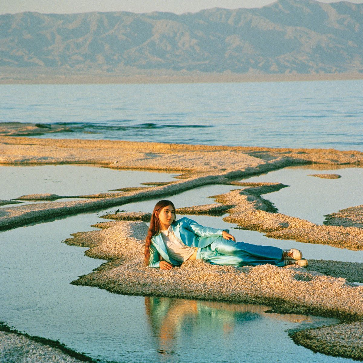 "O álbum ""Front Row Seat to Earth"" (2016) traz uma sonoridade que faz lembrar alguns trabalhos de Lana del Rey, Angel Olsen e Sharon Van Etten e as inspirações dos anos 60 e 70 de Weyes Blood."